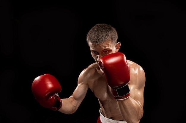 어두운 스튜디오에서 극적인 초초 조명 남성 복서 권투