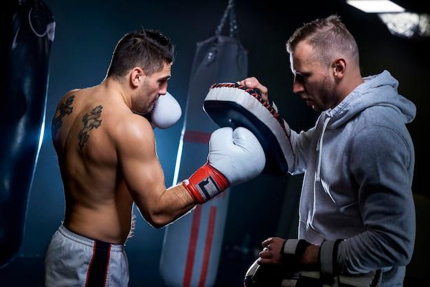コーチと学ぶ男性ボクサー