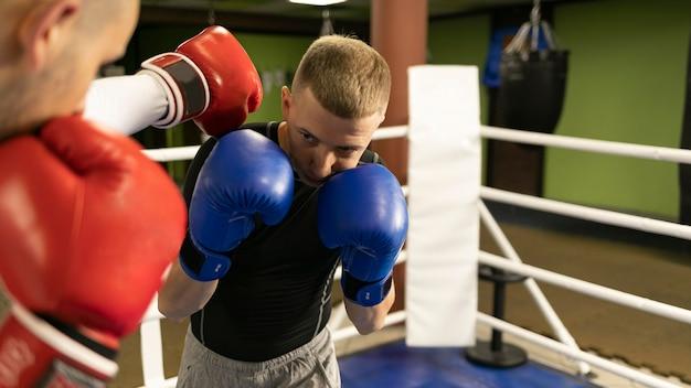 リングで練習している男性ボクサー