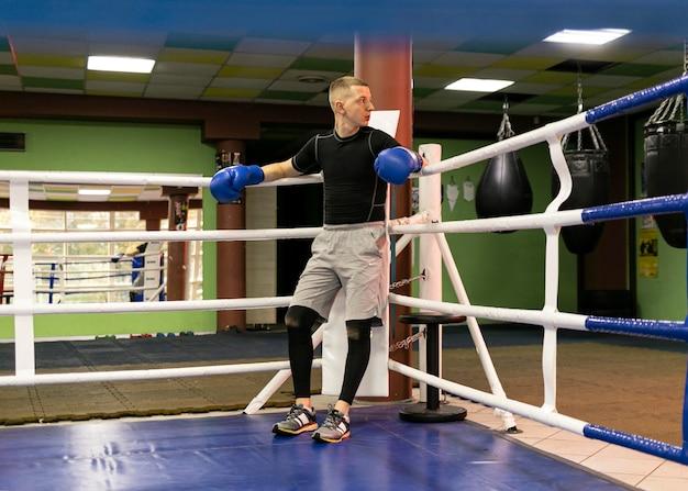 リングに手袋をはめた男性ボクサー