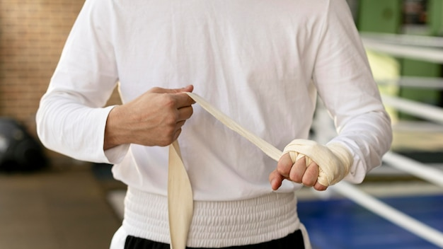 保護リボンで手を包む男性ボクサー