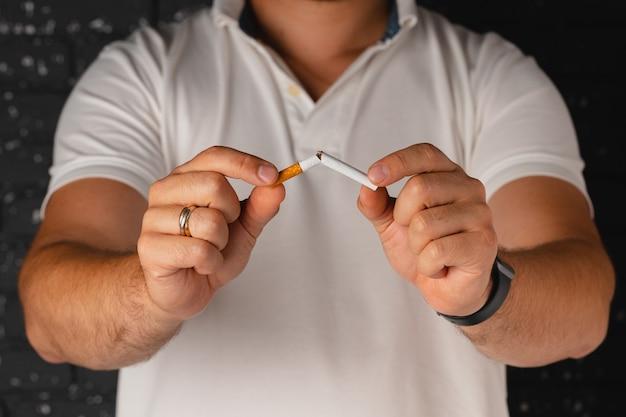 悪い習慣をやめる手でタバコを壊す男性
