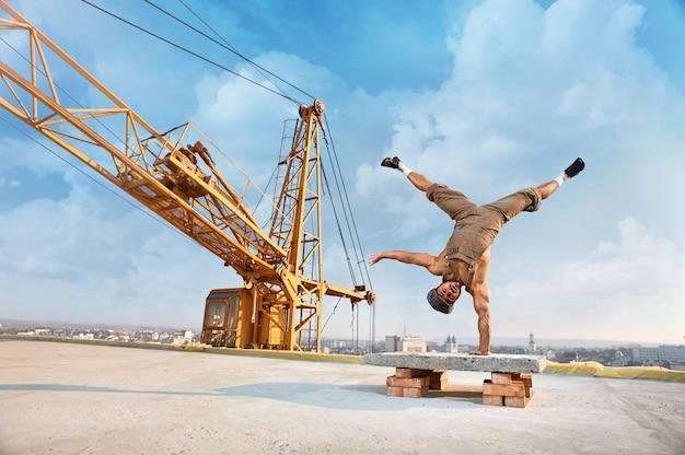 Мужской строитель на строительстве