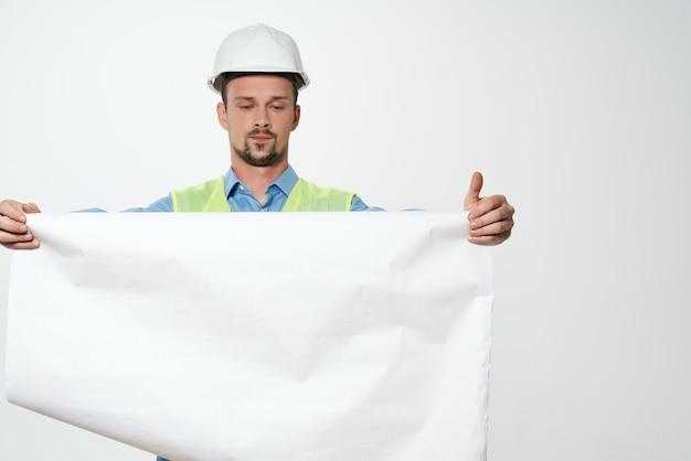 手建設業界の明るい背景の男性ビルダー図面