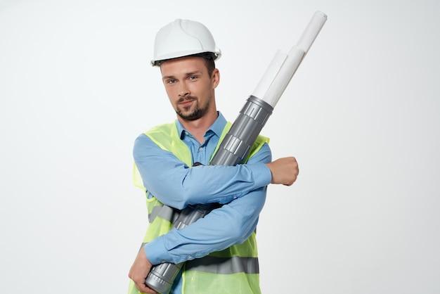 手建設業界のスタジオポーズで男性ビルダーの図面