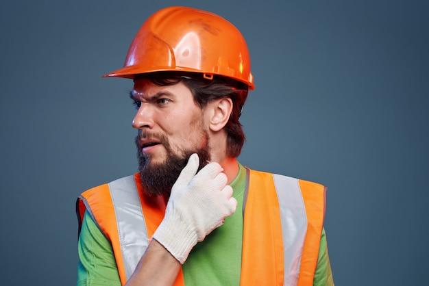 男性ビルダーハード職業建設専門家の感情