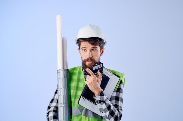 흰색 헬멧 청사진 전문 고립 된 배경에서 남성 빌더