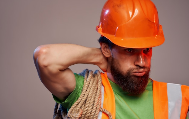 オレンジ色のヘルメット作業疲労業界の男性ビルダー