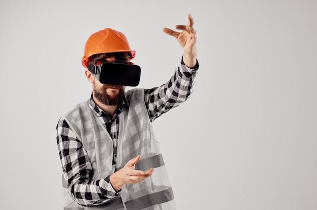 Мужчина-строитель в очках виртуальной реальности инновационный светлый фон