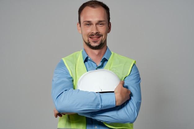 作業形態の建設作業の明るい背景の男性ビルダー