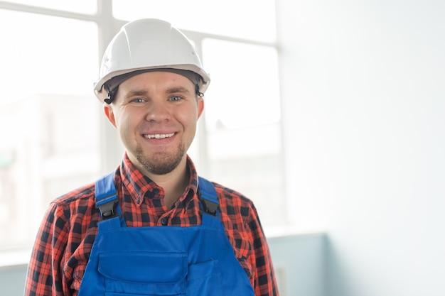 Мужчина-строитель в белом шлеме