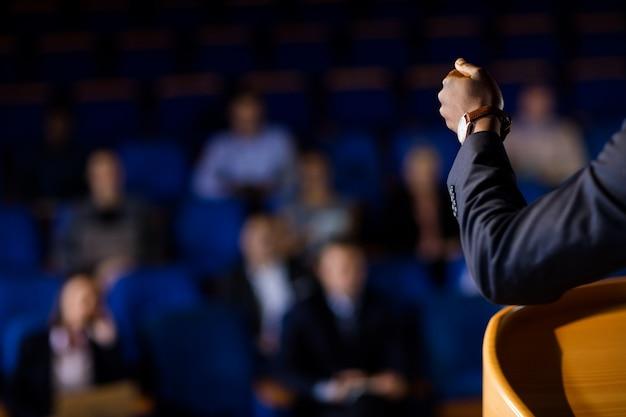 연설을하는 남성 사업 집행