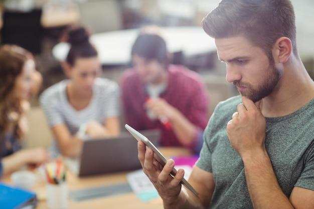 Мужской бизнес исполнительной, используя цифровой планшет