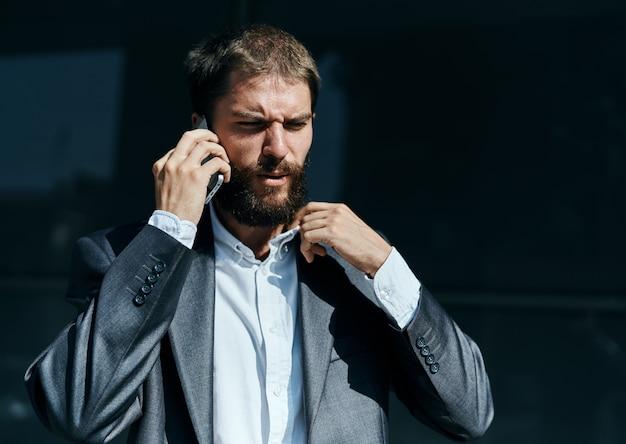 Мужчина-бизнесмен потерял работу на улице, мировой кризис, обвал валют, лицо предпринимателя