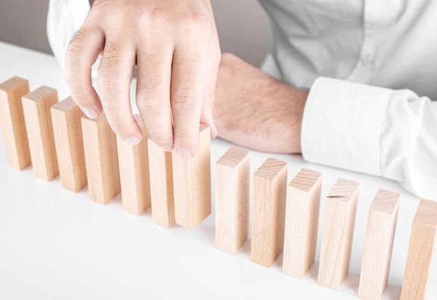 Мужской бизнесмен, деревянные блоки. концепция карьерного роста, страхование