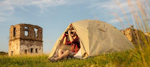 テントで一晩キャンプする男性