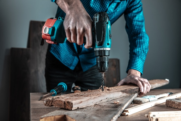 仕事中の男性の大工がクローズアップ