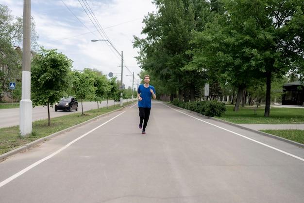 Мужской случайный мужчина делает утреннюю пробежку по улочкам городских улиц
