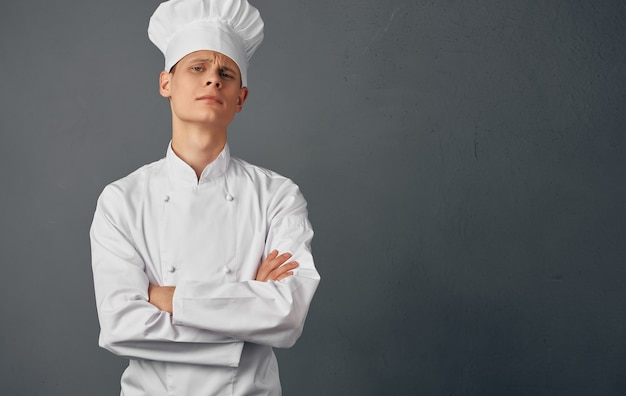 男性シェフの料理料理の手振りレストランの食品加工サービス。