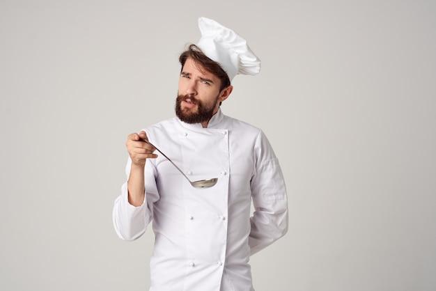 Мужской шеф-повар готовит кухня работа ресторанная промышленность