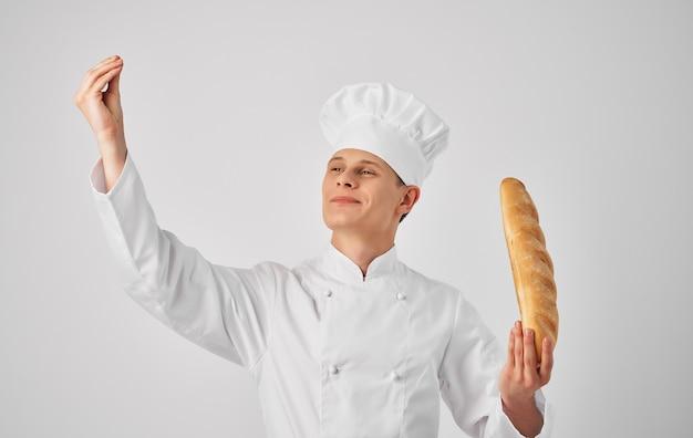Мужской шеф-повар готовит профессиональную форму обслуживания ресторана