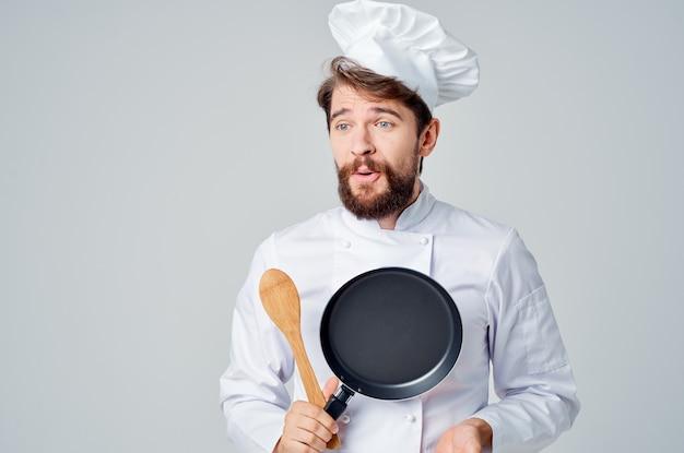 손에 남자 요리사 프라이팬 요리 음식 미식가 밝은 배경
