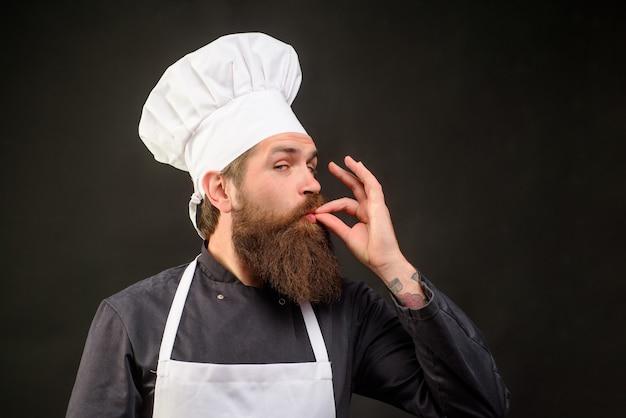 大丈夫ひげを生やしたシェフの料理人を身振りで示す男性シェフは、完璧なサインでokサインクックまたはパン屋を示しています