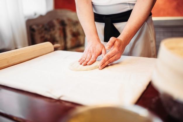 男性シェフの手と生地、シュトルーデル料理