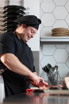 Мужской шеф-повар на кухне