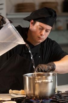 キッチン料理の男性シェフ