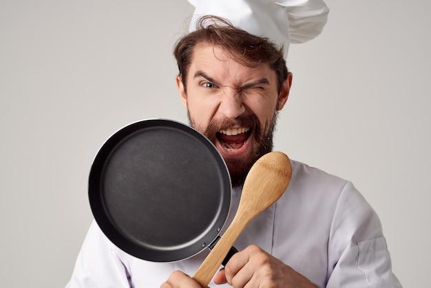 레스토랑 요리 음식 서비스 작업에서 남성 요리사