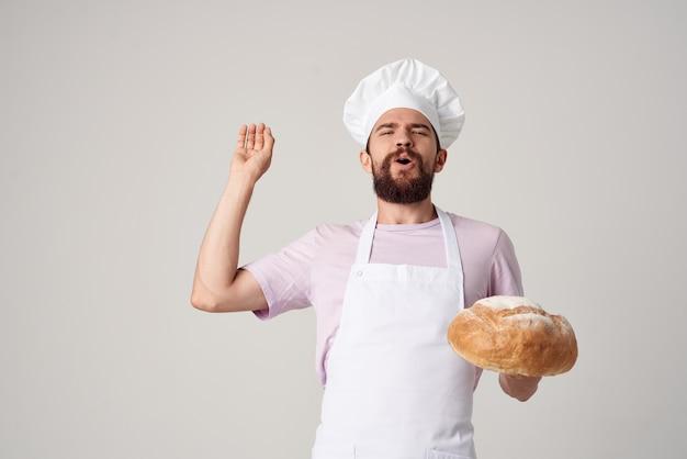 パン屋を作る白いエプロンの男性シェフ
