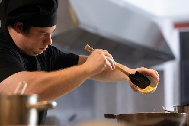 Chef maschio in cucina cucina