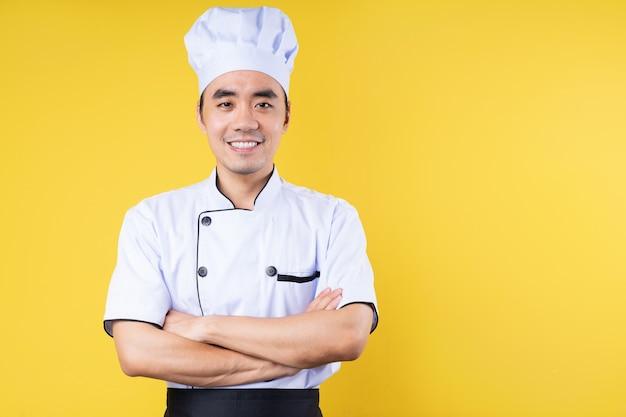 노란색 배경에 고립 된 남성 요리사 초상화