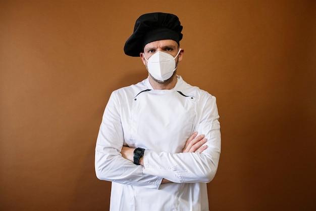 フェイスマスクを身に着けている男性シェフ