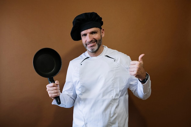 Мужской повар со сковородой