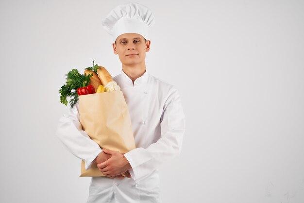 식료품 레스토랑 요리 전문가 패키지를 가진 남성 요리사
