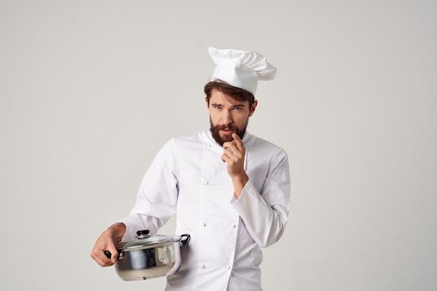 外食産業の料理を手に鍋を持った男性シェフ