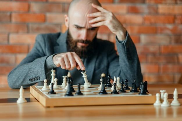 男性のチェスプレーヤーは、彼が負けたことを理解しました、チェックメイト。
