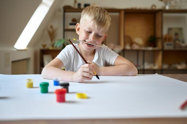 Рисунок ребенка мужского пола гуашью, ребенок в мастерской