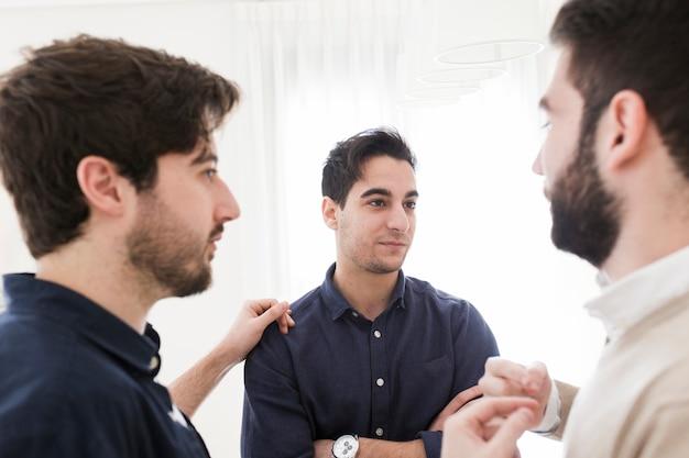 Мужской коллеги говорят в офисе
