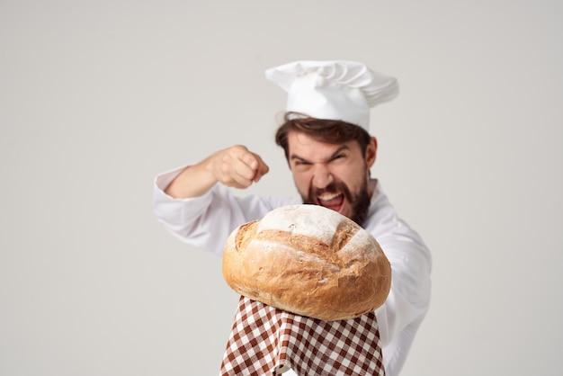 Мужчина повар готовит хлебобулочные профессиональные эмоции