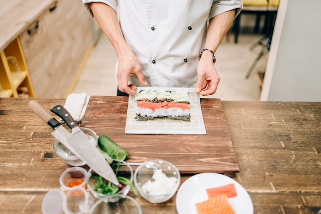 男性料理人、寿司、アジアのキッチン