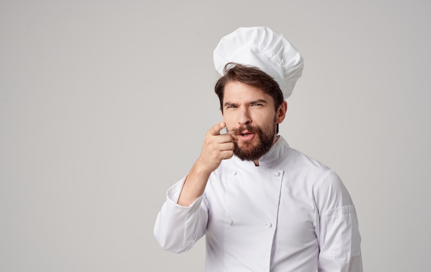 男性料理人キッチンで働くプロのレストラン。