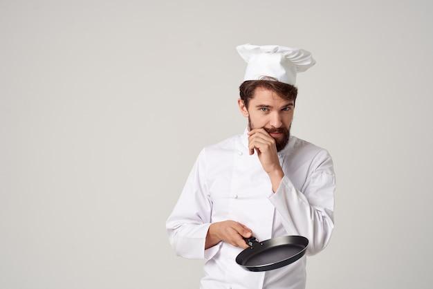 男性料理レストランサービスの提供明るい背景