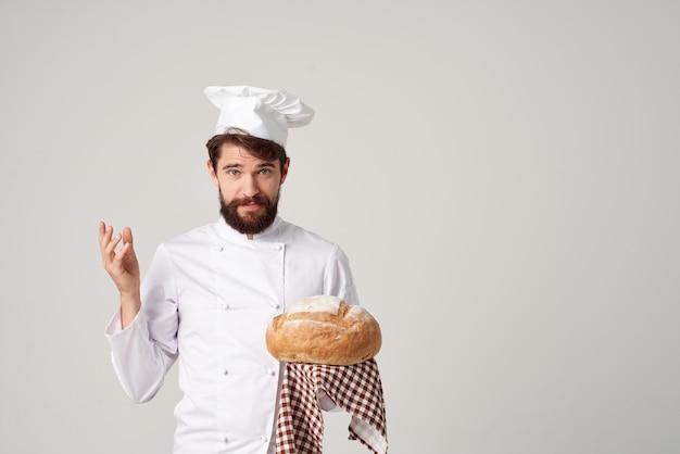 Мужской повар с хлебом в руке изолированный фон