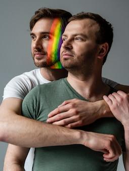 Coppia maschile con simbolo arcobaleno