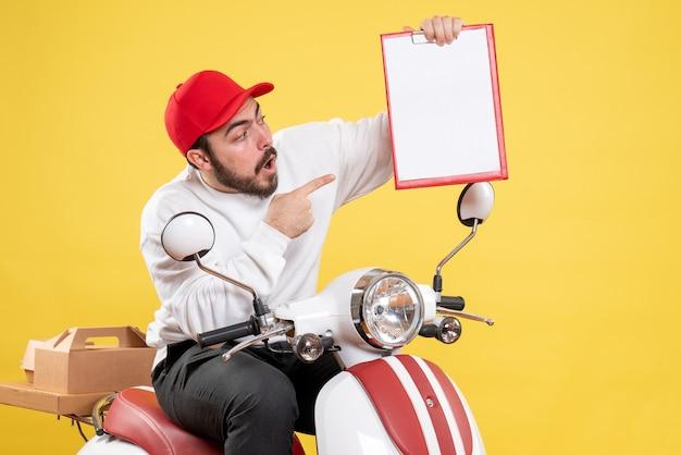 Corriere maschio in bici con nota file su giallo