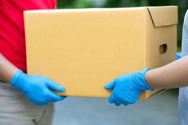 顧客に小包を配達する男性の宅配便