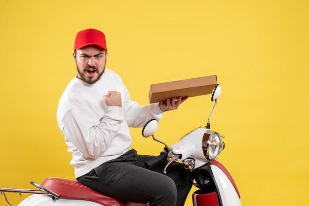 Мужской курьер держит доставку еды на желтом
